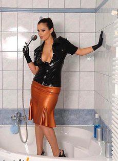 Сексуальная брюнетка в душе! - фото #