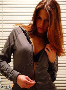 Девушка красиво позирует задом - фото #