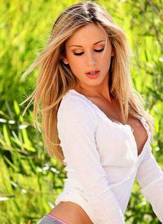 Приятная блондинка на природе - фото #