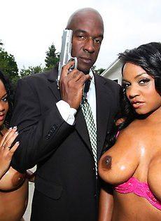 Агент 007 трахает двух горячих темнокожих сучек! - фото #