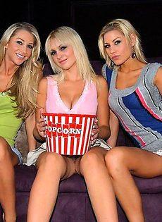 Кристина и ее курящие горячие подруги собираются для кино и секса - фото #