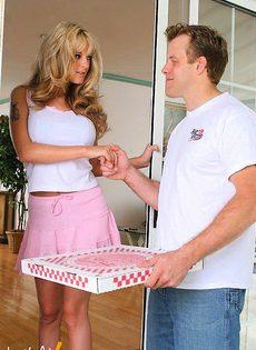 Грудастая блондинка ебется с разносчиком пиццы - фото #