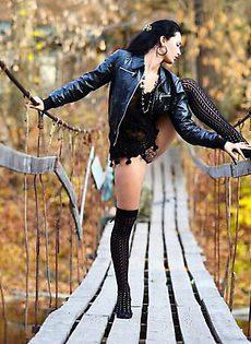 Голая Янка на мосту - фото #