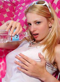 Мокрые груди молодой девушки - фото #
