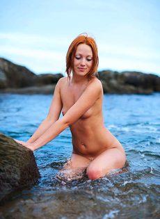 Рыжая Катя на пляже - фото #