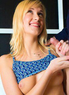 Сексуальной блондиночке накончали на рот - фото #
