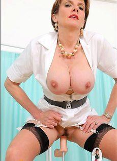 Медсестра тестирует трахательный аппарат - фото #