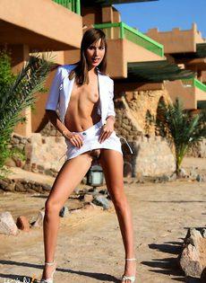 Модель с длинными ногами - фото #