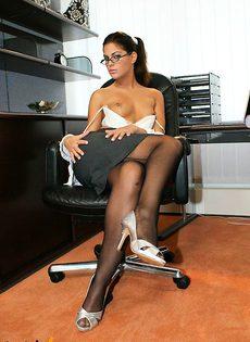 Развратница секретарша шалит в кабинете босса - фото #