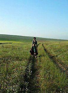 В поле голая телка - фото #