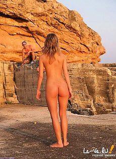 Позирует на пляже - фото #