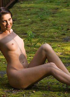 Голая девушка на голой земле - фото #