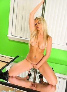 Блондинка на шесте - фото #