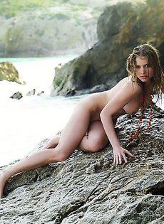Устроилась на голых камнях - фото #