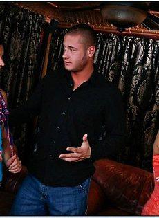 В клубе с двумя суками - фото #