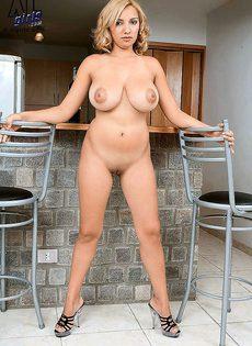 Домохозяйка на кухне у себя дома - фото #