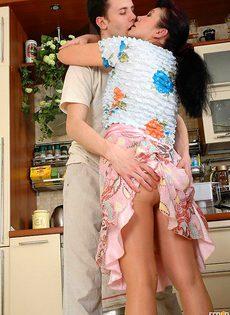 Взрослая женщина и молодой любовник - фото #