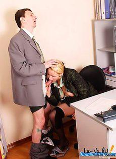 Офисная работница повышает квалификацию - фото #