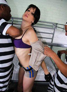 Охранница продалась за секс - фото #