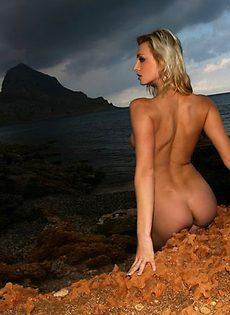 Позирует на крою моря - фото #