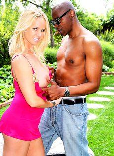 Блондинка встретилась с негром - фото #