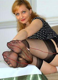 Взрослая тетка раздвинула ноги почесать свой зад - фото #