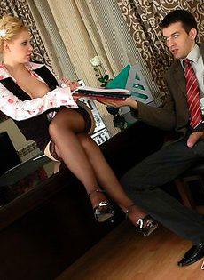 Секретарша на важно совещании - фото #