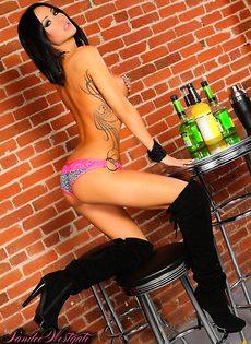 Готовится работать барменом - фото #