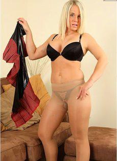 Блондинка в прозрачных колготках - фото #