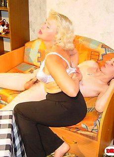 Старая шлюха соблазнила молодого парня - фото #