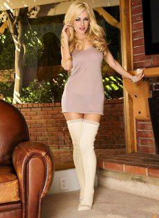 Блондинка в теплых вязанных носках - фото #