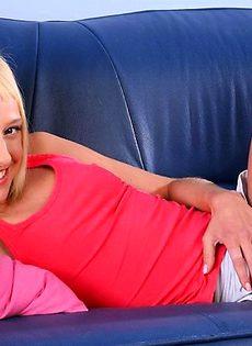 Смущенная блондинка на сцене - фото #