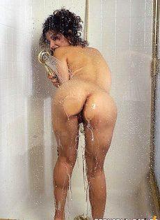 Принимает душ в прозрачной кабинке - фото #