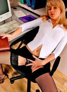Неопытная секретарша соблазняет босса - фото #