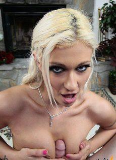 Блондинка дрочит парню его хуй - фото #