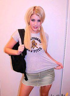 Веселая студентка в номере - фото #