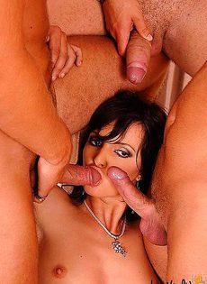 Секс четырех членов с одной девушкой - фото #
