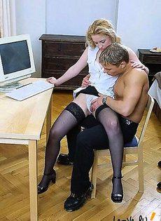 Играют вдвоем за компьютером - фото #