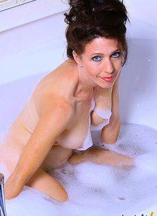 Девушка моется в ванной - фото #
