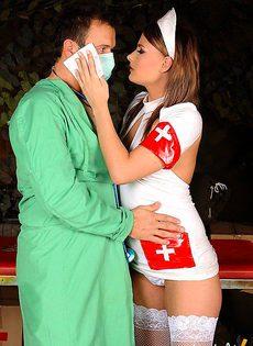 Помощница хирурга - фото #