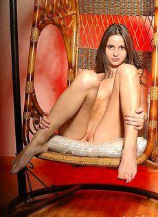 Устроилась по удобнее в кресле - фото #