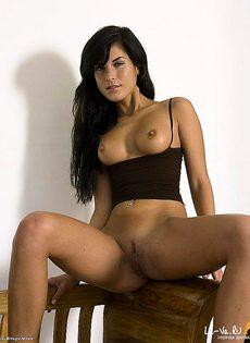 Смазливая брюнетка без трусов - фото #