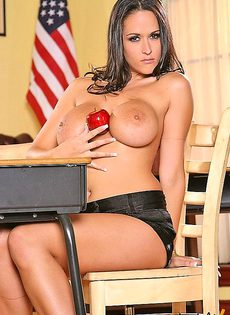 Физрук трахнул сексуальную учительницу прямо в кабинете - фото #4