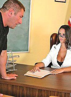 Физрук трахнул сексуальную учительницу прямо в кабинете - фото #