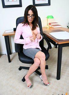 Зашла по делам в офис мужа - фото #
