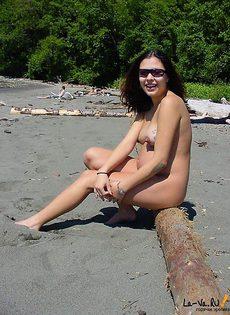 Вышла на пляж немного загореть - фото #