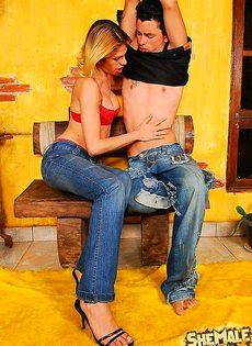 Девушка трахается с парнем, хотя есть свой член - фото #