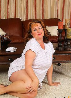 Пожилая уборщица - фото #