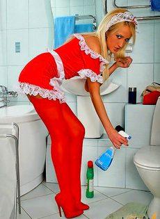 Сексуальная горничная сняла трусы в туалете и показывает письку - фото #
