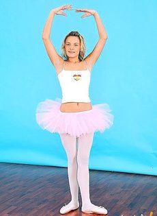 Балерина разминает своё тело - фото #